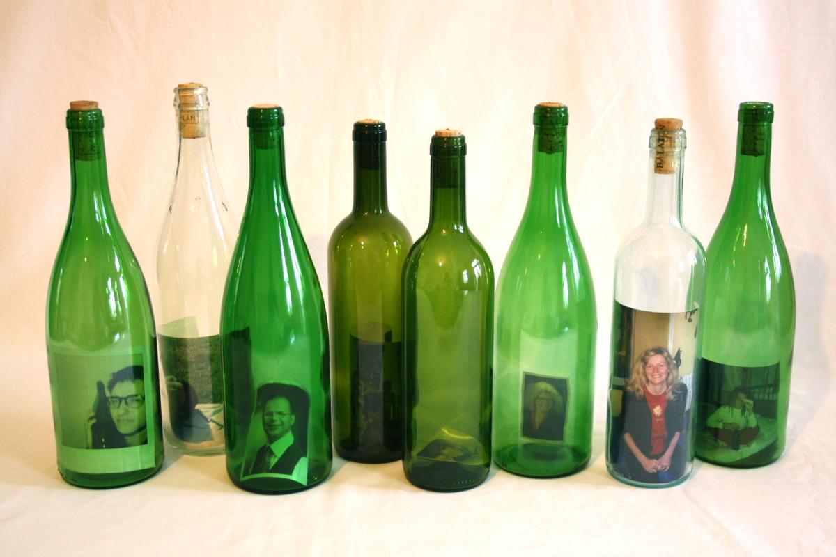 Hier sehen sie die acht zurückgesendeten Flaschen. In ihrem Inneren befinden sich die Fotos der Finder.