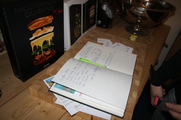 Das Gästebuch zu der Ausstellung MENSCHENTIERE. Wer mag kann sich hier noch bis zum 30.06.15 verewigen!