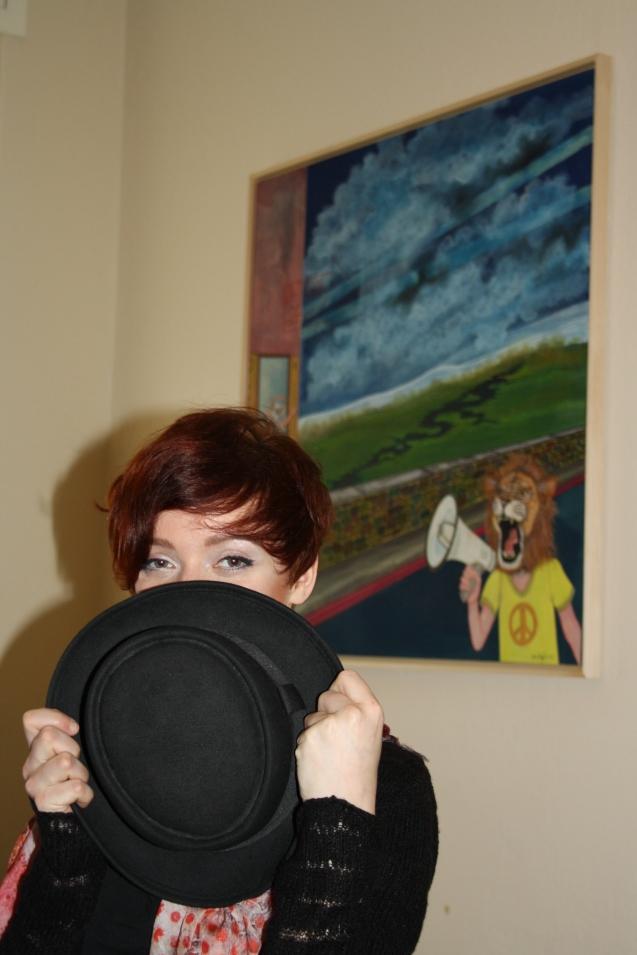 Vorne Anne mit Hut, hinten Löwe mit Megafon.