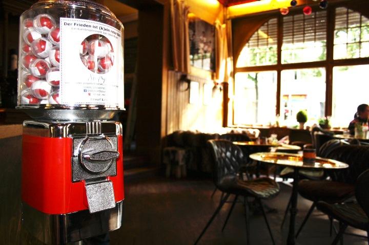 """Friedensautomat des Kunstexperimentes """"Der Frieden ist (k)ein roter Ball"""" im Restaurant Schraders"""